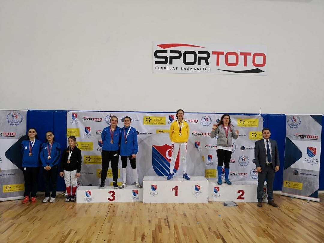 Türkiye Eskrim Federasyonu - U14 Flöre-Kılıç Açık Turnuvası'nda altın madalya kazanan yıldızımız Almıla Birçe Durukan