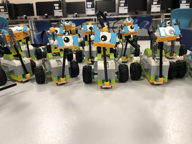 Robotik Kodlama Atölyesinde öğrencilerimiz robotlarını tasarlayarak, yaratıcılıklarını sergiliyorlar.