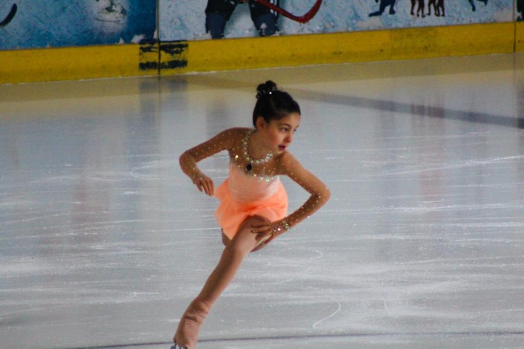 Buz Pateni Ege Ümitler Şampiyonası'nda Ümitler D2-Bayanlar (Free Skating) kategorisinde Türkiye 3.sü Defne Ecem HARAR