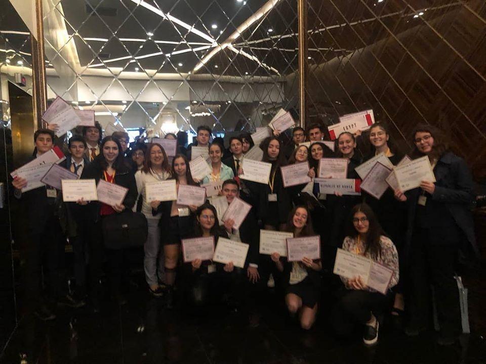 28 Kasım-1 Aralık tarihlerinde Ankara ' da düzenlenen euroasia 2019 model Birleşmiş Milletler Eğitim ve Kalkınma Konferansı ' nın 14 yıllık oturumunda oy akın yıldız okulları mun Kulübü ' nde yer aldı.